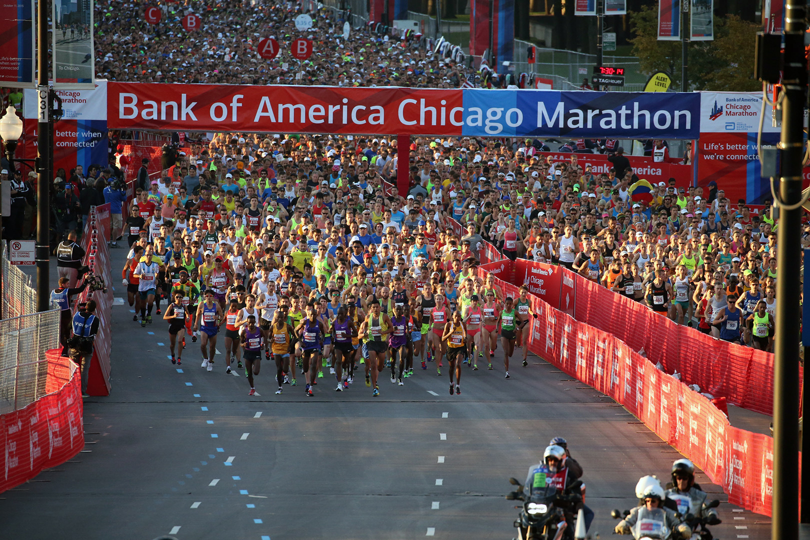Spectator guide As the Bank of America Chicago Marathon weaves its way through 29 diverse neighborhoods participants and spectators experience the history culture